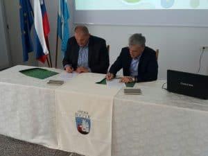 Podpis prodajne pogodbe g. Miklavčiča (na levi) in mag. Remeca (na desni)