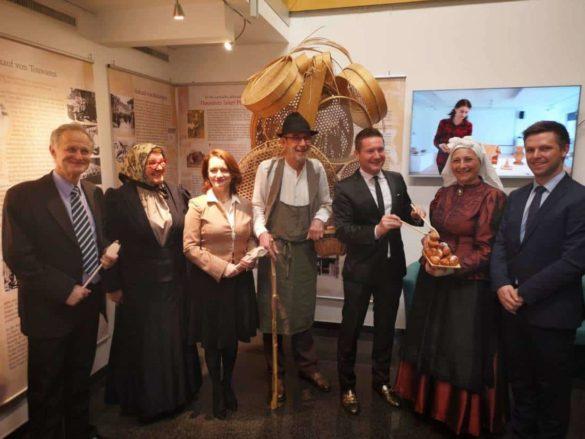 Ob uradnemu odprtju razstave Anton Levstek, Mojca Stupica, Ksenija Škrlec, Medard Pucelj, podžupan osmega okraja, Marinka Vesel in Aleš Mihelič.