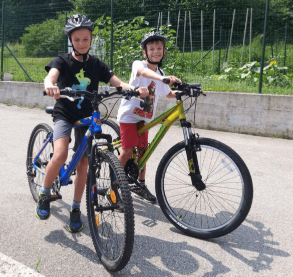 Včasih ni šlo brez tricikla, danes pa se Nejc lahko vozi s kolesom.
